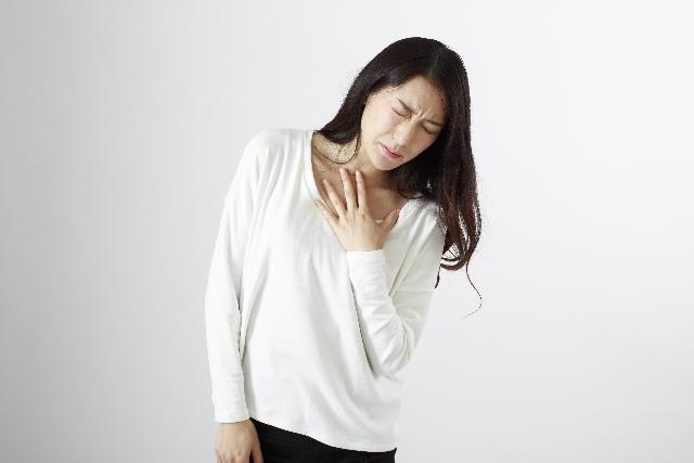 胸が苦しい更年期女性
